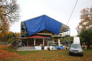 Under renovering. Torpet på 145 kvadratmeter kommer blir cirka 25 kvadratmeter större eftersom Per-Olof bygger en punschveranda och även fixar ett rum ovanpå den.