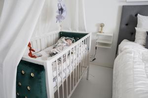 Filippas säng är Majas och hennes brors spjälsäng som Maja gett en lyxig make over med sammetsklädda gavlar.