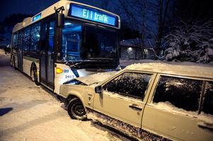 Bilden är från den 17 januari, då en buss och en personbil krockade i Bosvedjan, Sundsvall. På olycksplatsen var det så halt att räddningstjänsten fastnade mitt i backen, utan att kunna ta sig varken upp eller ner. Totalt ställdes 294 turer in i Sundsvall den dagen.