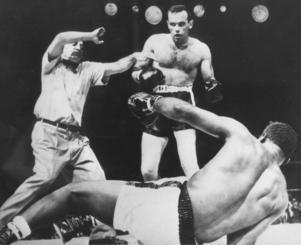 Ingemar Johansson blev sveriges förste, och hittills ende, världsmästare i tungviktsboxning då han besegrade Floyd Patterson 1959. Foto: AP