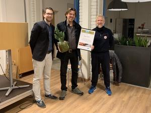 Pristagaren Josef Schilling tillsammans med samhällsbyggnadschef Michael Wirestam, t v, och Mats Hansson (M), ordförande för samhälllsbyggnadsnämnden.