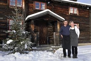Paret Kjell Arvidsson och Annika Andersson driver Knappgården i Särnaheden, ett ställe där det bjuds på ett julbord med smak från vilt och lokalt.