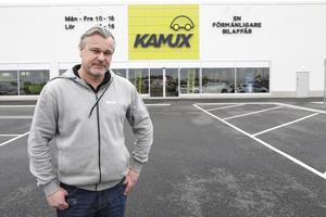 Dennis Åsberg är försäljningschef på smygöppnade bilhandeln Kamux på Norrteljporten.