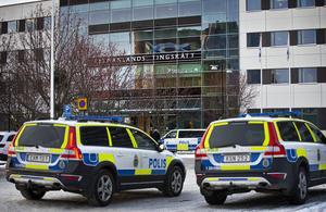 Det har varit ett stort säkerhetspådrag vid Västmanlands tingsrätt i samband med rättegången mot medlemmarna i det kriminella nätverket i Västerås.