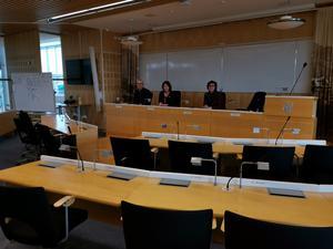 Tomas Fellbrant, Katarina Jonsson (M) och Ulrica Johansson (C) höll sig på behörigt avstånd från pressen när de berättade om gåvan till de anställda.
