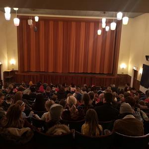 Publiken väntar med spänning på att filmen Frost 2 skall börja på Folkets hus bio i Fredriksberg. Foto: Jan Bakken