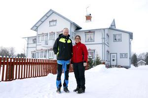 Robert och Bitta Olsson framför det stora bostadshuset, där både deras familj och Bittas föräldrar bor.