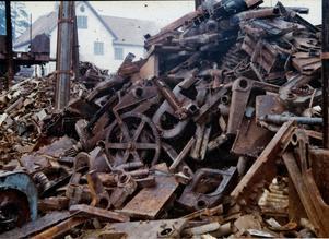 En skrotgård med delar från lok låg tidigare i anslutning till verksamheten vid Laxå bruk. Den här bilden är från 1970-talet.  Foto: Privat