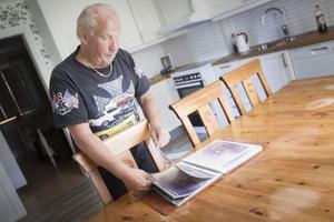I 30 år åkte Hans-Olov Persson rally. I hemmet har han flera fotoalbum fyllda med biler från tävlingar.