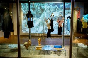 Baddräkter och badbyxor som speglar en 100-årig epok av badmode.