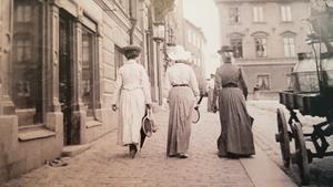 Ansa Borins utställning visar exempelvis hur kvinnors kläder var designade för att behaga mannen. Här tre kvinnor på promenad i Uppsala 1902.
