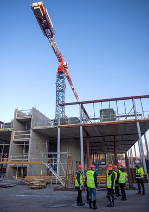 Kranen är tolv meter högre än vad hotellet, som ska rymma 270 rum, kommer att bli. Högst upp kommer det att finnas en 600 kvadratmeter stor terrass runt takbaren.