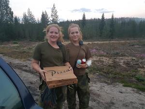 Två hungriga brandmän som sprungit ikapp bilen. Foto: Åsa Olsson