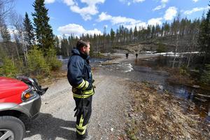En skogsbilväg spolades bort i Idre konstaterar Jonny Persson på Räddningstjänsten i Idre.