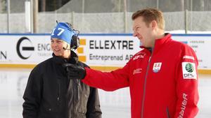 Maria Larsson, platsansvarig på Bergeforsens IP, och Henrik Berggren huvudtränare Timrå IK U9, studerar isen på Bergeforsens IP inför helgens Winter Classic.