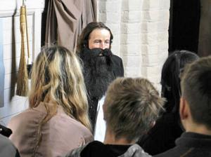 Lena Sevdin Lund i rollen som kyrkoherde Jacob Guthrell.