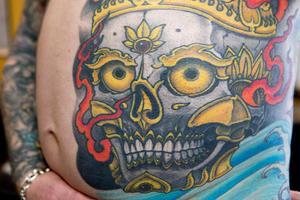 På magen har Paul tatuerat in en stor döskalle.
