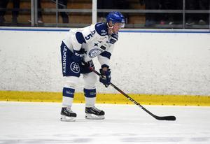 Från och med i onsdags är ett år äldre Calle Själin Filip Johanssons nye back-kollega.