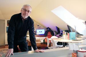Carl-Ingel Arvidsson i sin arkitekthörna i vindslägenheten på Bankgränd i Hudiksvall.