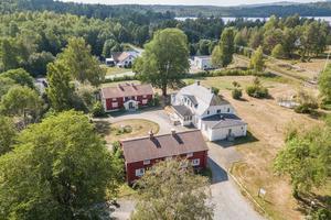 Foto: Bostadsfotograferna. Bredsjö herrgårdar norr om Hällefors finns till salu för den som vill ha en herrgård och dessutom gästhus.