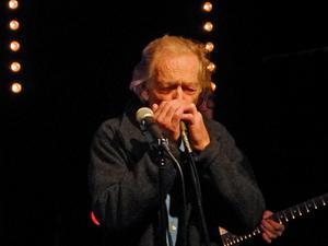 Bill Öhrström rör sig mycket på scenen. Det händer hela tiden något när denne blueslegendar är på scenen. Foto: Lennart Götesson