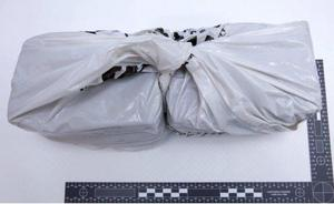 Polisens tekniker lyckades säkra fingeravtryck från en av de åtalade på den påse som innehöll narkotikan. Bild: Polisen