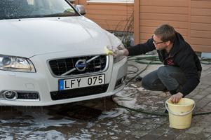 Att tvätta bilen på en garageuppfart är förkastligt. FOTO: LEIF R JANSSON