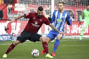 Mikael Ishak med bollen i en match mot Hertha Berlin förra säsongen. Nu är han tillbaka i 2. Bundesliga – där han var en av de stora anfallsstjärnorna för två säsonger sedan. Foto: AP/TT.