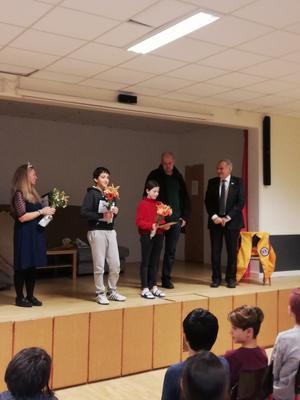 Från vänster på bilden Bildlärare Isabell Johansson, Amro Borqan, Aprilia Carlsson, Mattias Danielsson och Stig Palmén, de båda sista från Lions Club Junsele