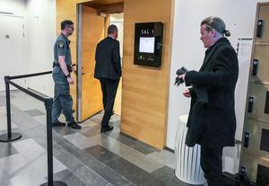 Advokat Per Svedlund på väg i i rättsalen medan  advokat Lars Jähresten nyss fått besked om att hans klient tvingas stanna kvar i häktet i väntan på dom.