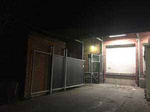 Bakom ÖoB vid en tegelvägg, troligtvis i en soptunna, startade branden som räddningstjänsten snabbt kunde släcka.