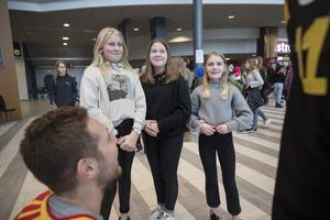 Ida Wahlberg, Alva Grip och Agnes Johansson från femman på Sofiedalsskolans övade i att prata engelska med Greg Scott.