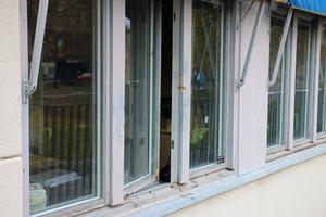 Tjuvarna tog sig in till trafikskolans kontor genom det här uppbrutna fönstret.