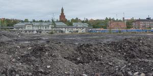 Här, nedanför centralstationen, ska etapp 2 av Storsjö Strand byggas. Höjden på de planerade husen har vållat debatt.