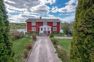 Byggt 1909, 7 hektar tomt, gård med sjötomt i Ålhustjärn,  stall och loge i två plan. Foto: Mikael Tengnér