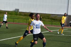 Förre HFF-spelaren Peter Johansson i kamp med Araya Zerai.