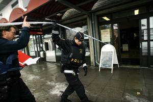Polisen spärrade av området kring banken efter rånet. Bild: Arkiv