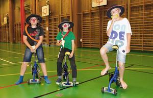 Clownerna Johannes Widstrand, Sebastian Svanberg och Andreas Widstrand tycker att cyklarna är roligast.