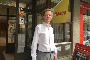 Mikael Friman kände obehag när han timmarna före knivdådet såg den nu dömde 16-åringen vanka fram och tillbaka utanför butiken.