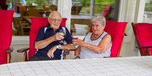 Sven Hägg och Rut Johansson bekräftar att personalen brukar påminna dem om vätska när det är varmt.– Personalen här är bra, säger Sven Hägg.