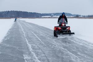 Per Berglund plogar Hässlösundets skridskobana.Foto: Bengt Stridh