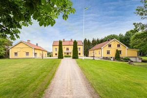 Foto: Malin af Kleen/ Bostadsfotograferna. Gården Vässlingbyholm 320 har bland annat en huvudbyggnad från 1690 på 300 kvadratmeter med sex rum och kök.