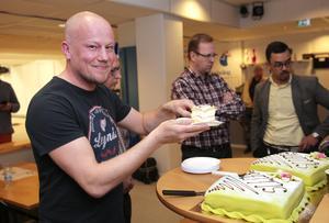 Mikael Smedberg hugger in på tårtorna.