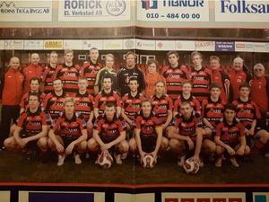 Ett lagfoto ur ett av KFF:s gamla matchprogram. Frank Pettersson kan ses i mitten av första raden.