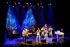 The original band - music of Abba under låten Voulez-vous som var ett av de tidiga numren.