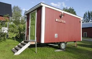 Äppelmusteriet är inrett i en omgjord barack som står på villatomten i Viforsen.