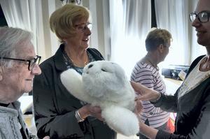 NORA. Gunnar Strömgren och Sofia Andrén får kontakt med den mjuka robotsälen Harry, här med projektkoordinator Mia Lindström.