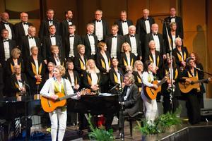 Kjell Lönnå, körerna och deras gitarrer i hyllning till äldre tiders strängmusik.