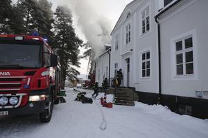24 januari började det brinna i huvudbyggnaden på klassiska Valla i Ludvika. Brandmännen lyckades begränsa brandens skadeverkningar. Ägarna befann sig på den amerikanska västkusten men vänner och släktingar till dem gjorde en stor insats med att få ut inventarier från den ståtliga byggnaden.
