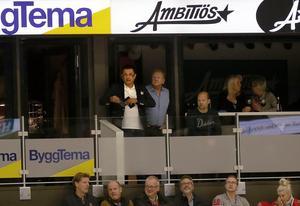 Davor Dundic i sitt företags Ambitiös loge i Behrn arena under en av Örebro Hockeys matcher.
